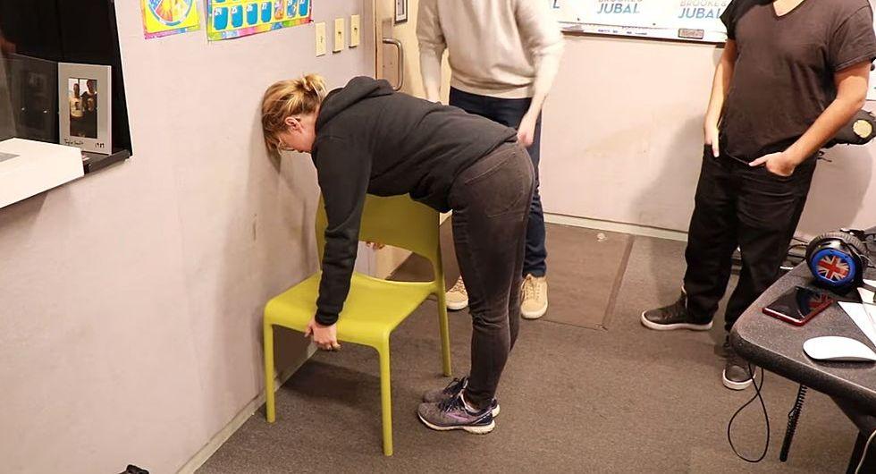 Qué es el #ChairChallenge, el desafío viral que sólo pueden superar las mujeres