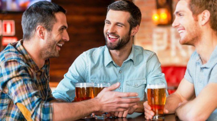 Los Hombres deben tomar cerveza con amigos dos veces por semana
