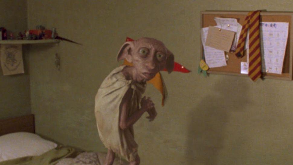 Es un elfo libre: filman a Dobby, de Harry Potter, caminando por la calle