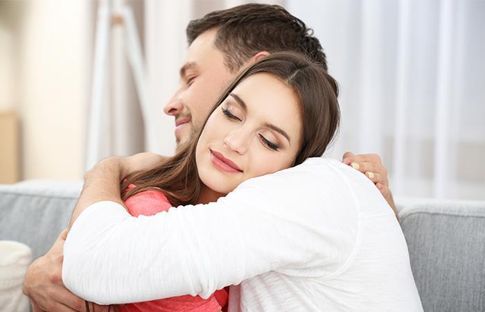 Los abrazos nos hacen adictos a nuestra pareja