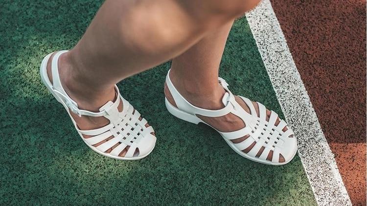 Sandalias de goma, el calzado furor de los 80 y 90 que vuelve a ser tendencia